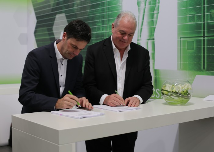 Dr. Frank Stietz, President Heraeus Electronics und Steve Muckett, the founder and Managing Director of Mozaik Technology Ventures sign global licensing agreement for photoimageable thick film technologies