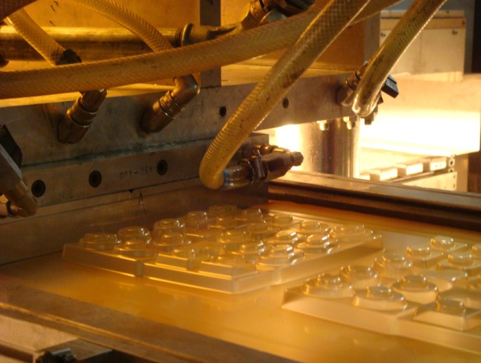 Heating bioplastics for chocolate packagings prior to thermoforming